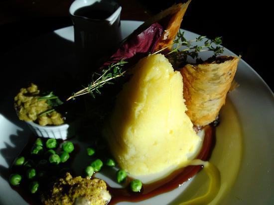 Clare Inn: Beef & Guiness Wellington, Pea & smoked Pork puree