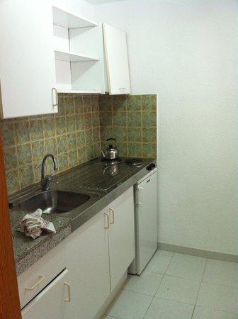 Sol Bahia Ibiza Suites: kitchen