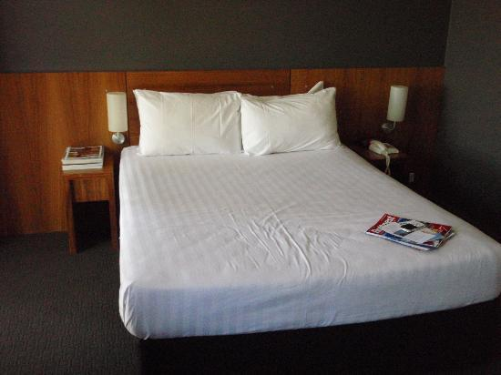 Riverview on Mount Street : deluxe room bed