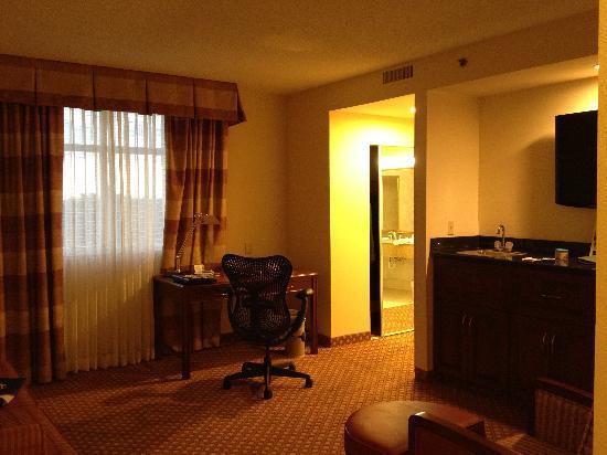 Hilton Garden Inn Jacksonville / Ponte Vedra: king suite living area