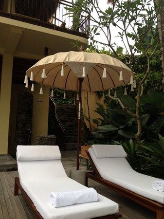 كومانيكا براسا سايانج: Lots of chairs by the pool