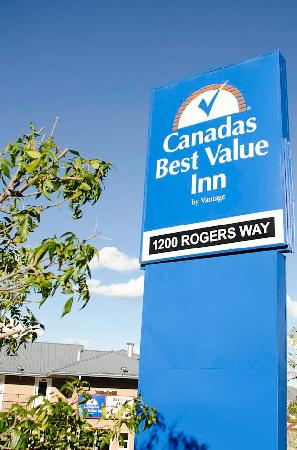 Canadas Best Value Inn & Suites: Sign
