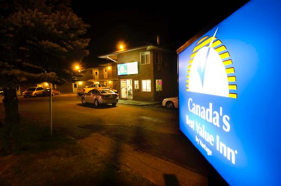 Canadas Best Value Inn & Suites: Entrance at night