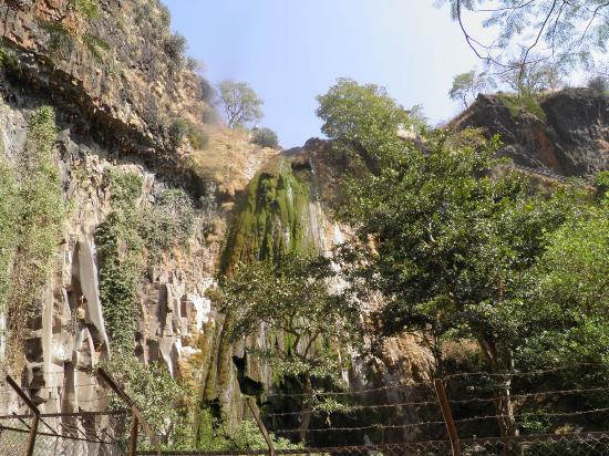 Madhya Pradesh, Indien: Temples above the waterfall