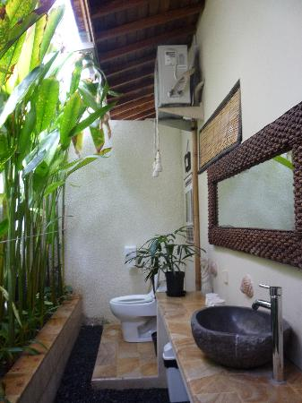 Villa Belharra: Outdoor bathroom