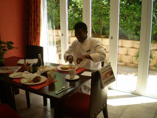 10 Woodlands Road B&B and Self-Catering: Proof that the breakfasts are good!  The chef, Naphtal eating his own food