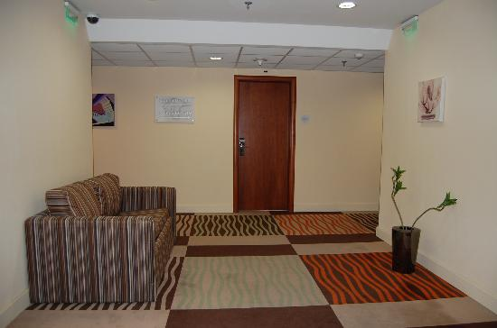 Lion's Garden Hotel: Hotel corridor (in front of lifts)