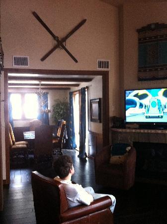 Silver Baron Lodge: livingroom & dining