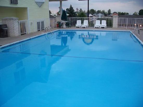 Spinning Wheel Inn: Our Outdoor Seasonal Swimming Pool