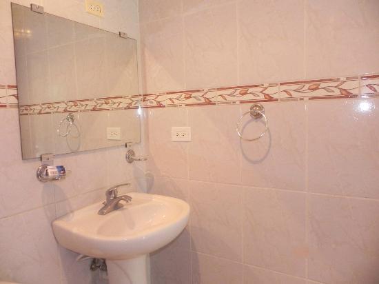 Albatros Condo Hotel : Salle de bain