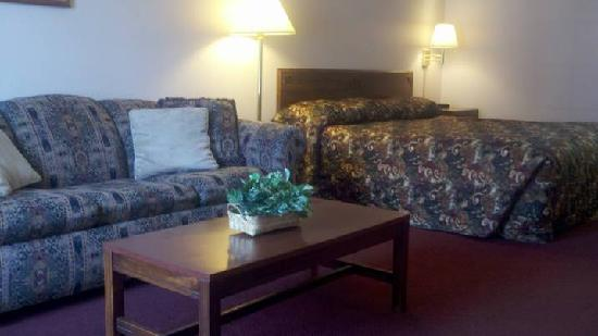 Twelve Oaks Inn: King with Sofa