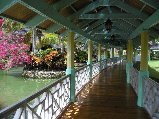 Iberostar Bavaro Suites: covered walkway