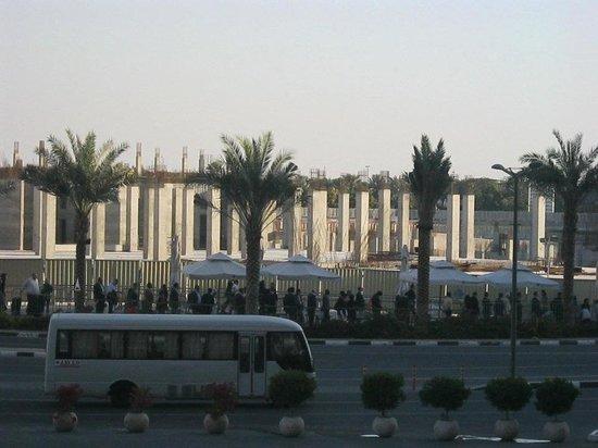 ذا أبارتمنتس - مركز دبي التجاري العالمي للشقق الفندقية: Balcony, people queuing after expo
