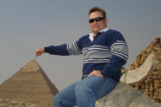 Egypt on the Move Day Tours : De Rigueur Pyramid Tourist Pose