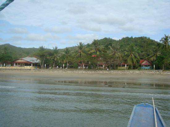 Villa Leonora Beach Resort: Approaching Villa Leonora