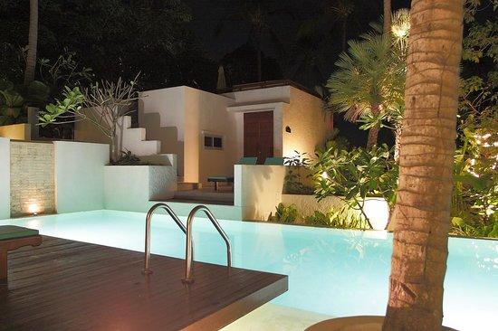 Villa Elisabeth: Бассейн и вилла ночью