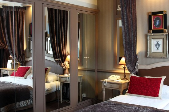 Hotel Royal - Manotel Geneva: Large Mirrored Wardrobe