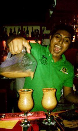 Santos Mariscos: Friendly bartender serving up tamarind margaritas