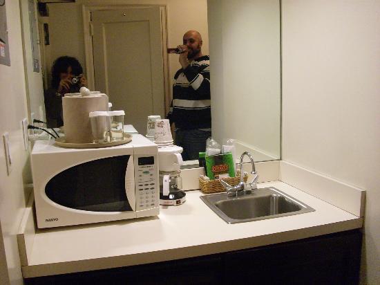 L:angolo adibito a piccola cucina - Foto di Salisbury Hotel, New ...