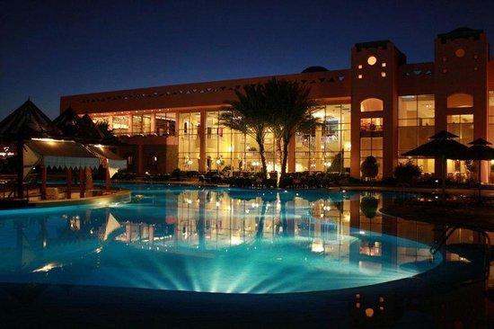 Nubian Island Hotel: pool by night