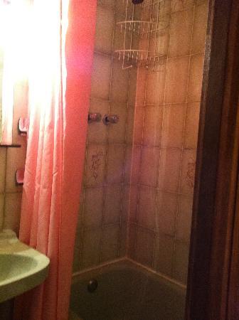 Hostal Santa Barbara: bañera de las antiguas mide un metro