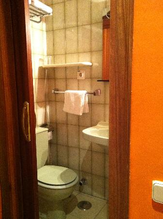 Hostal Santa Barbara: baño minúsculo