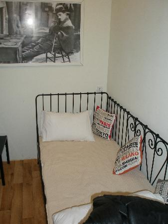 Portus House: single bed in triple room