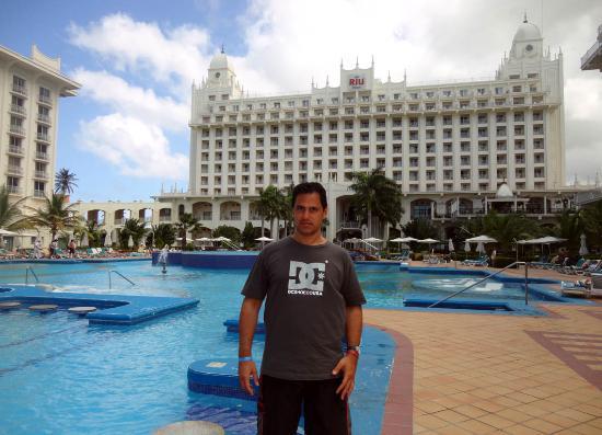 Hotel Riu Palace Aruba: vista del hotel desde la piscina