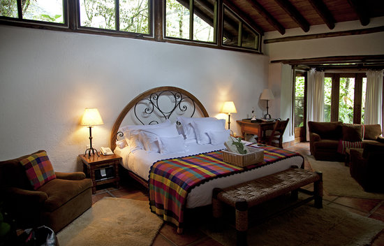 Inkaterra Machu Picchu Pueblo Hotel: bed and sitting area