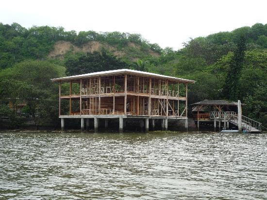 Saiananda : Vista de las habitaciones sobre el agua