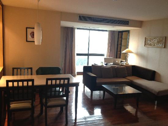 Gardengrove Suites Boutique Serviced Residence: Big spacious living area and work space