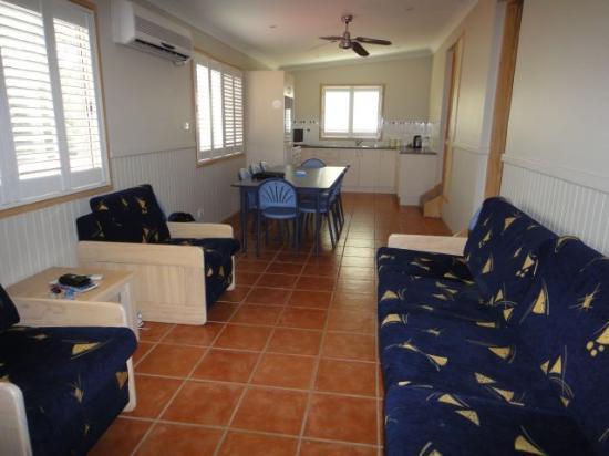 Sydney Gateway Resort and Holiday Park: waratah living area