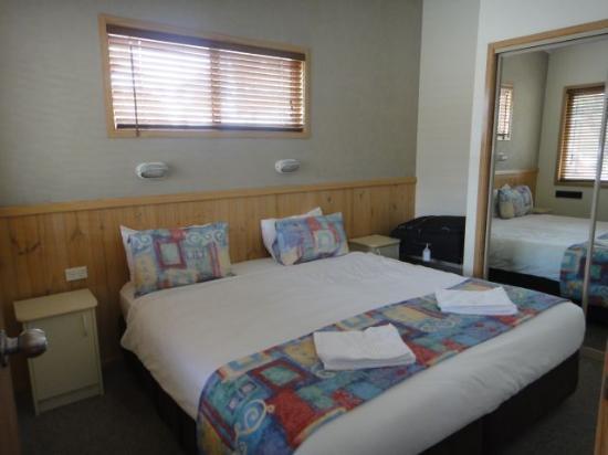 Sydney Gateway Resort and Holiday Park: eucalyptus main bedroom
