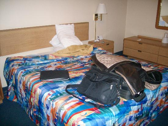 Motel 6 San Rafael: Same bedding as host pic so you know its old