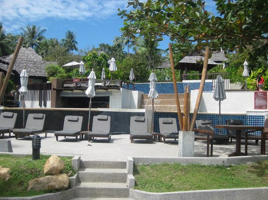 Bhundhari Spa Resort & Villas Samui : the bottom pool and bar right down on the beach