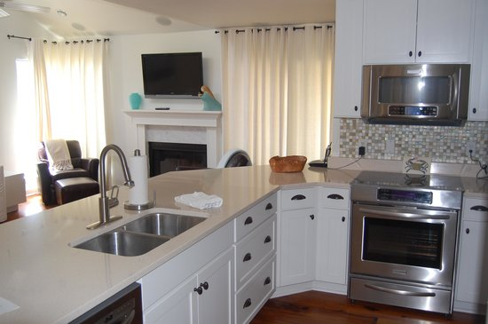 TOPS'L Beach & Racquet Resort: Kitchen and Living Area