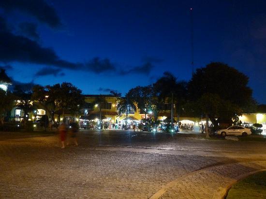 Hotel Riu Playacar: locales comerciales con mucho que ver justo saliendo del hotel