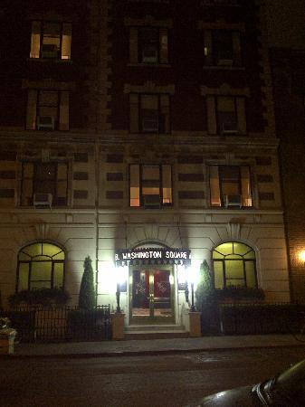 Washington Square Hotel: Hotel at night