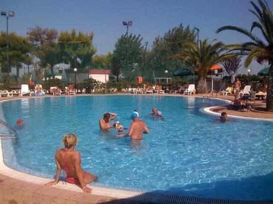 La piscina del villaggio foto di residence camping for Piscina wspace bari