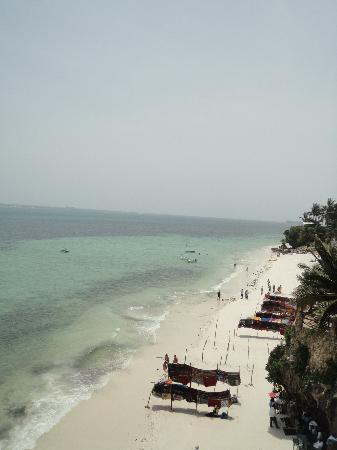 Bahari Beach Hotel: Lovely view from the pool bar of the beach below...