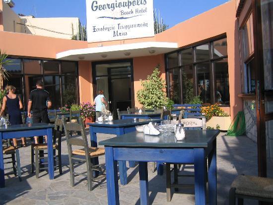 Georgioupolis Beach Hotel: uteplassen der man kunne spise frokost