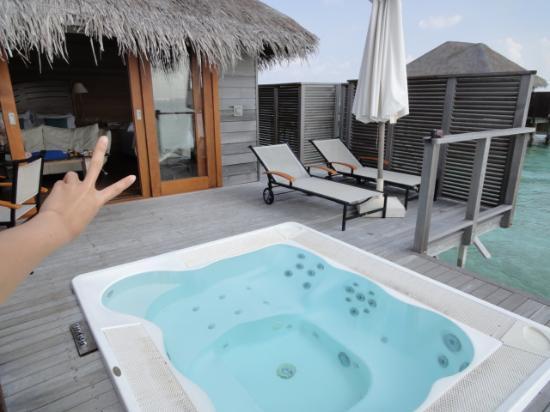 Conrad Maldives Rangali Island: 水上ヴィラのジャグジー