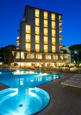 Hotel Thomas: hotel by night