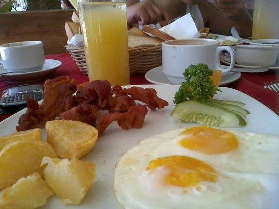 Red Coconut Beach Restaurant: Wonderful breakfast!