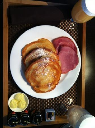 Hotel Arista at CityGate Centre: In-Room Dining: Buttermilk & Blueberry Pancakes. Choice of Nueske's Ham or Applewood Smoked Baco