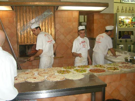 Pizzeria Ai Marmi : preparation of typical italian pizza