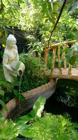 Ayu Bowan House: garden