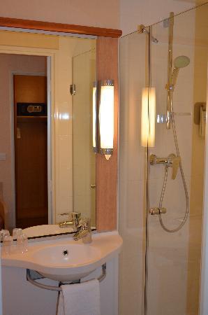 Hotel Ibis Cannes Centre: salle de bains / bathroom
