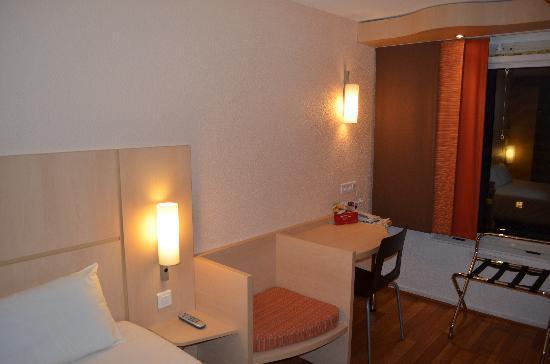 Hotel Ibis Cannes Centre: chambre/ room