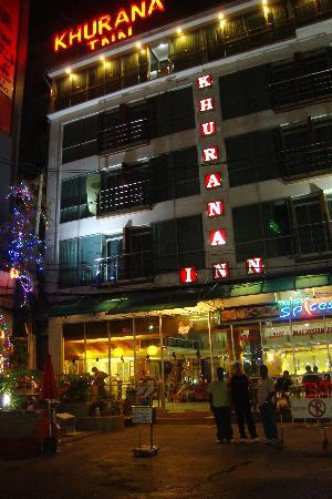 Khurana Inn: Outside the hotel